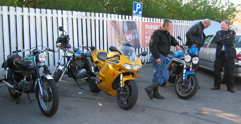 1) Hans-Jørgen har en gul Daytona magen til Jens